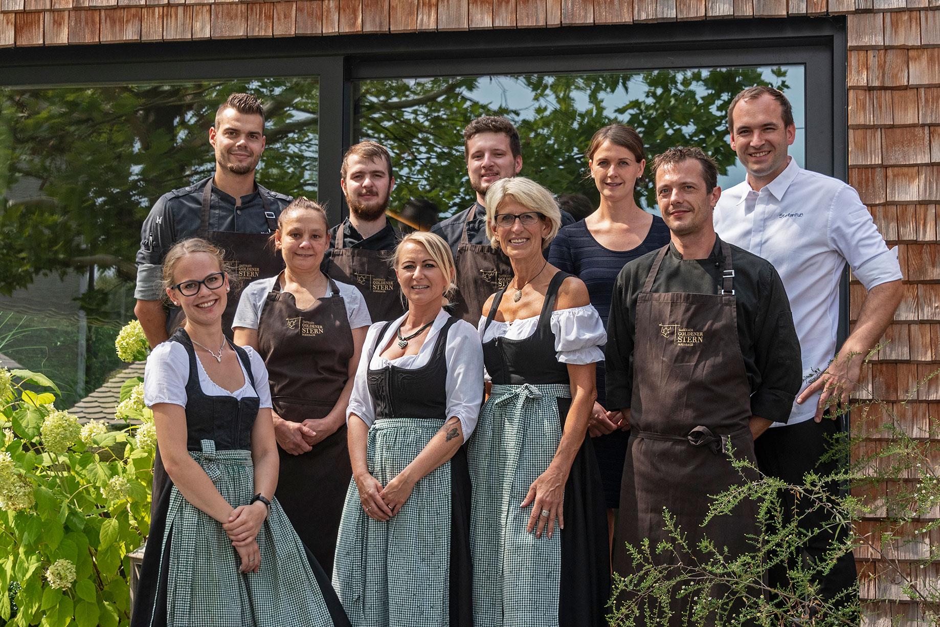 Die Familie Stefan Fuss mit der belegschaft des Gasthofs Goldener Stern