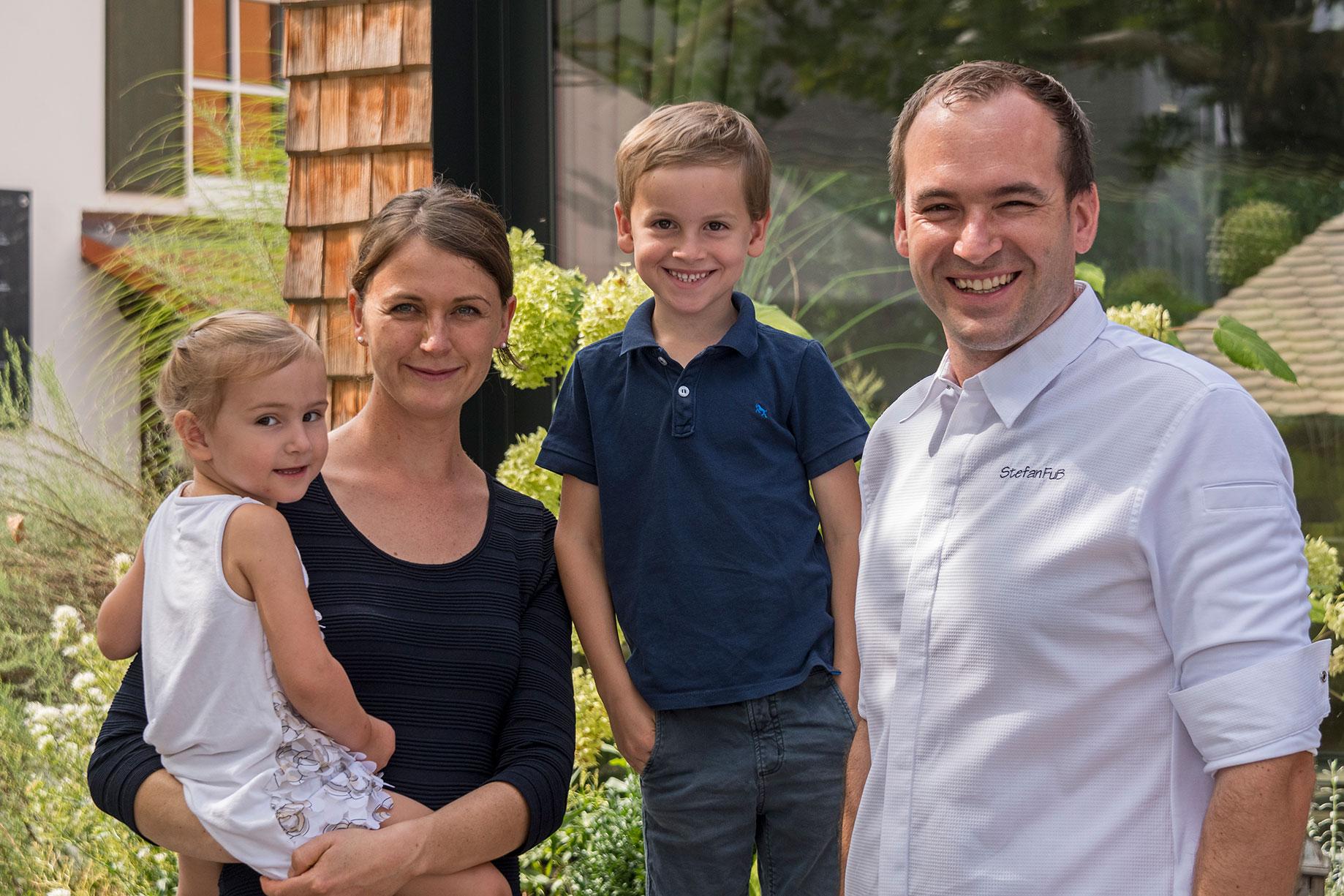 Stefan Fuss und Familie vor dem gasthaus Goldener Stern